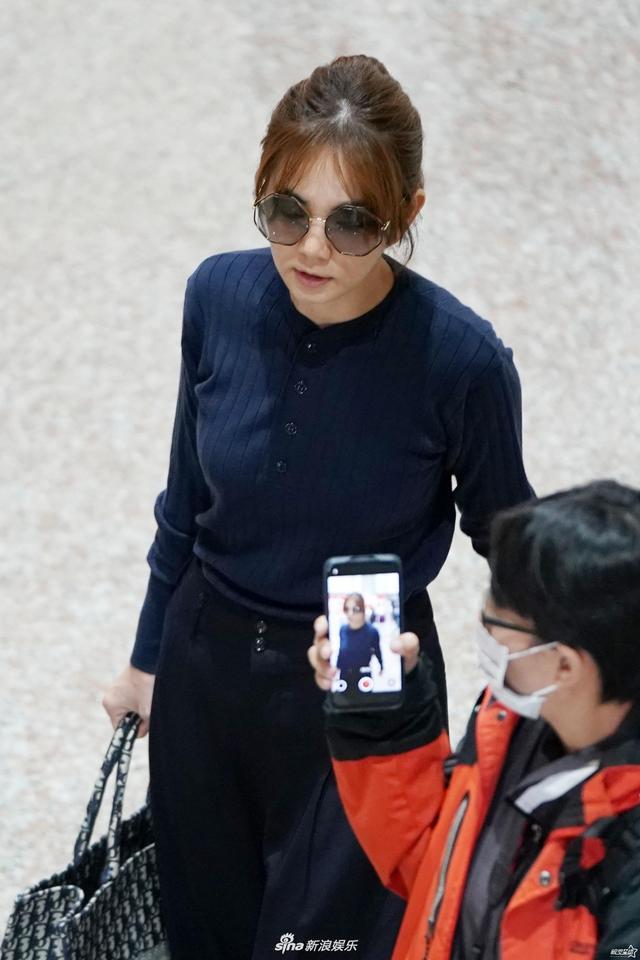 Ella穿蓝色针织上衣戴墨镜搭机 老公赖斯翔自推一车行李