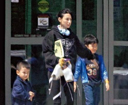张柏芝曝出单亲妈妈的艰难,反驳了谢霆锋说:她带孩子很容易!