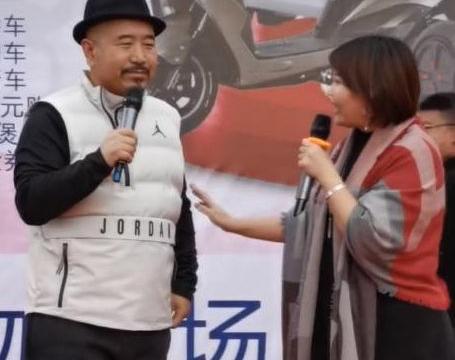 """王小利""""刘能""""携妻子罕见露面商演,夫妻搭配和谐"""
