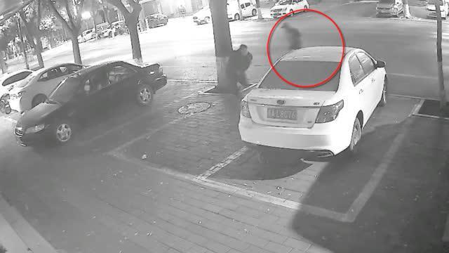 视频-男子深夜遭砍后又被摩托车撞翻 监控拍下遇袭瞬间