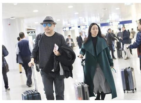 组图:徐峥携老婆同框亮相机场 陶虹素颜出镜气质温柔美丽