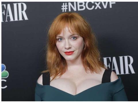 克里斯蒂娜走红毯,穿暗绿连衣裙,身材秒杀卡戴珊