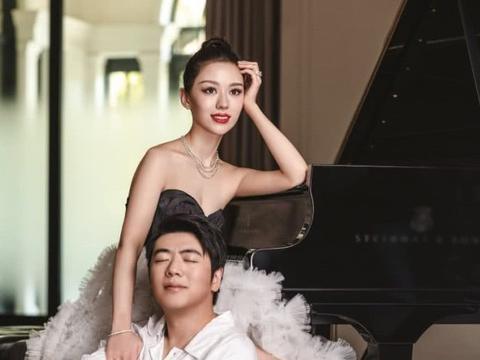 郎朗穿西装清隽十足,吉娜一袭粉紫色旗袍娇俏,新婚夫妇俩太甜蜜
