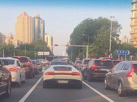 280万兰博基尼现广东,车牌白字黑底,车主看后直接隔勒5米远!