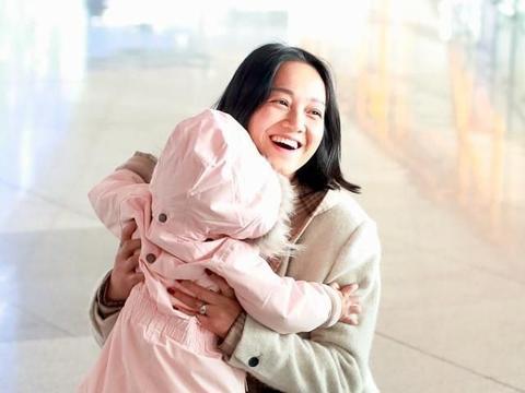 朱丹素颜带娃出行,全程用手捂着女儿的脸,没周一围陪伴超紧张