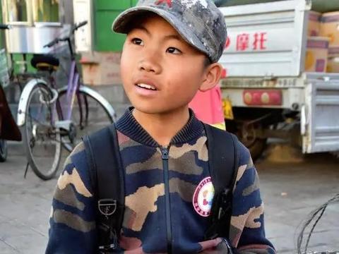 十岁男孩放学午休时间到市场卖菜,懂事得让人眼眶湿润