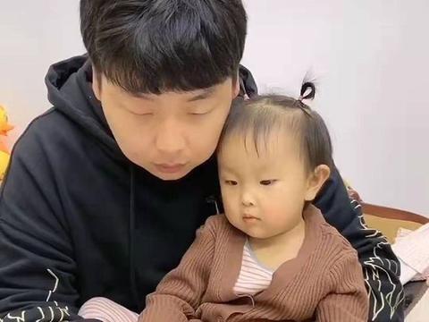 """女儿想玩爸爸手机遭拒绝,随后打起了""""感情牌"""",网友:情商180"""