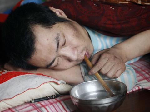 工伤瘫痪妻子跑了,37岁农民卧床写作4年,写出18万小说字求出版