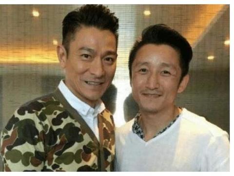 刘德华和邹市明夫妇合影有多尴尬?表面看起很亲密,背后镜子呢