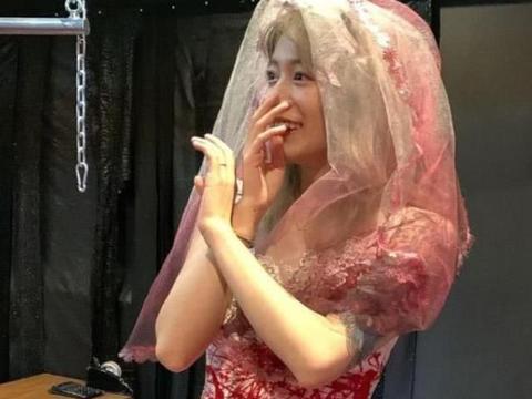 """李诞女友晒""""血色婚纱""""照,谁注意旁边的衣架"""