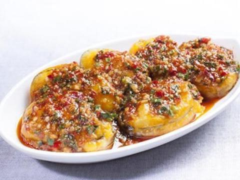 色泽金红的鱼香茄饼,皮酥肉馅嫩,味道浓郁,让人食指大动