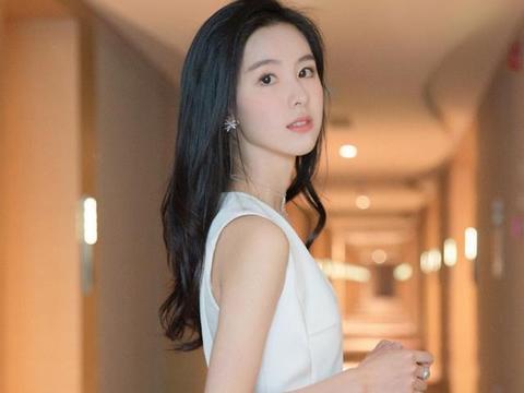 陈都灵清新性感图,白色连衣短裤