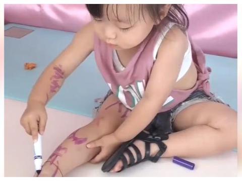 女儿是个灵魂画家,在自己手脚上随意作画,网友:被发现后反应亮