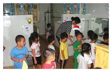 老师发幼儿园厕所照片,炫耀环境好,家长们瞬间炸锅,全体要退学