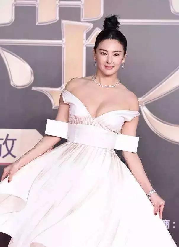 """最丰满的""""星女郎"""",一袭白裙惹人眼,张雨绮的身材竟然这么好"""