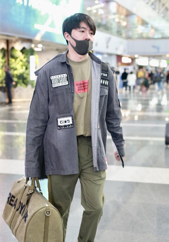 32岁俞灏明机场走出T台秀,4千5T恤配2万3包疤痕挡不住儒雅帅气