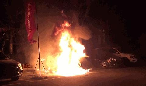 「德州提醒」一男子刚把车停到车位离开,转眼汽车自燃了......