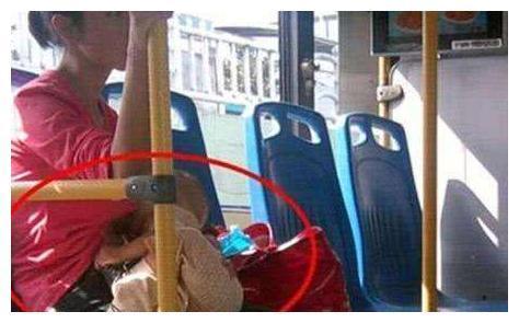 """宝妈公交上喂奶,被大爷骂""""没素质"""",宝妈的回答让乘客叫绝"""