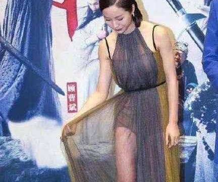 江一燕衣服通透参加活动,遭调侃:内搭都不穿,女人这样合适吗