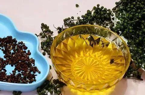 做花椒油,可别下锅就炸,大厨都是这么做,花椒油又麻又香不发苦