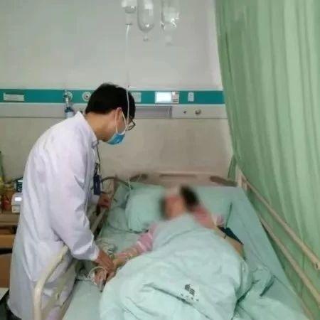 38岁女子这个姿势刷手机,突发脑出血,瘫了半边身体……
