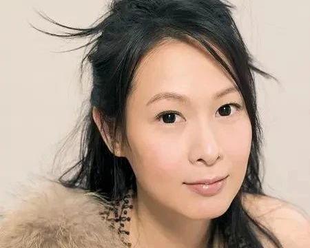 """49岁""""奶茶""""刘若英近照!脱发严重显头皮,皮肤黝黑颈纹严重"""