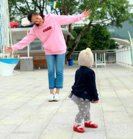 朱丹与婆婆相处超客气,独自站周一围女儿身后,小小丹会哄奶奶