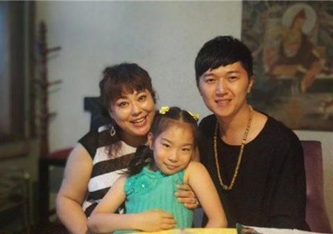 李菁菁现身机场,宣布退出演艺圈后首露面,获粉丝送花心情大好