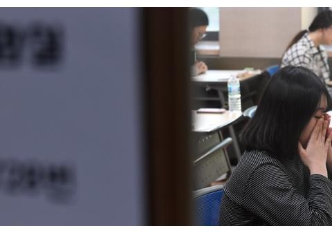 """韩国高考堪称""""人间炼狱"""",考生恐慌呕吐流鼻血"""