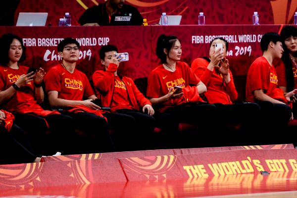 中国篮球是一家!女篮姑娘现场助威男篮,月底也将参加亚洲杯