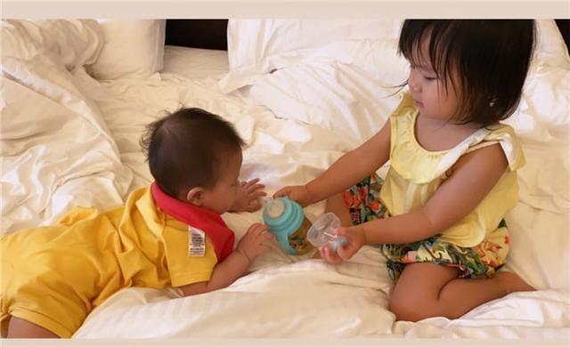 江宏杰带娃玩水,爱拉酱在爸爸怀里笑得很开心,小小杰摸爸爸的脸