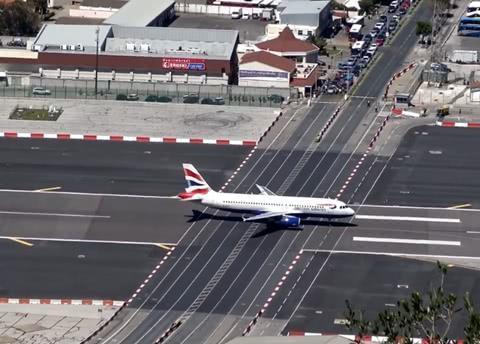 """全球最""""危险""""高速公路,飞机降落在汽车头上,不怕压断公路吗?"""