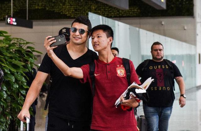 球迷接机!国足抵达广州仍受欢迎,张琳芃满足签名艾克森笑对镜头