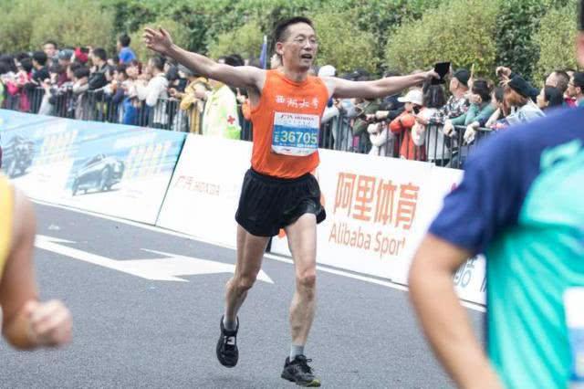 杭马施一公现身,体型结实,完成长跑运动,网友:智商与健康并存