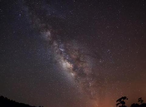 """宇宙是一个""""虚胖子"""",如果压缩成中子星的话,它会有多大?"""