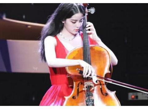欧阳娜娜音乐巡演,肩带意外滑落,观众席陈学冬表情耐人寻味