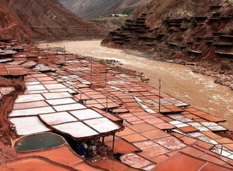 风与水的艺术,西藏这个地方西岸红、东岸白背后蕴含着什么秘密?