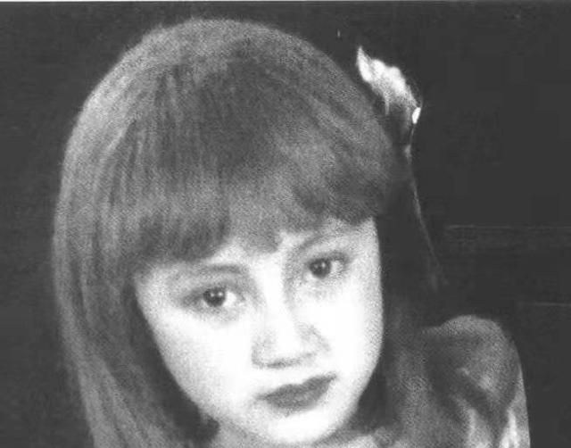 谁见过袁泉11岁的照片,浓眉大眼撞脸热巴,难怪早期大家说她难红