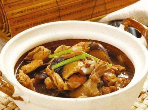 香菇土豆炖鸡腿,食材丰富,味道鲜美,各种食材一次吃个够!