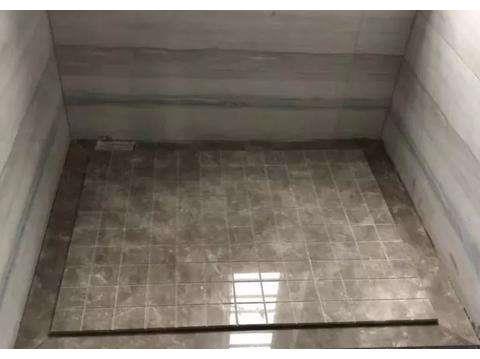 卫生间地面不要傻傻贴瓷砖了,头次见有钱人铺这种材料,聪明极了
