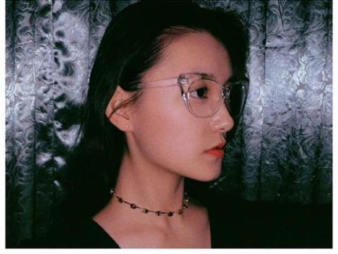 蒋依依与姐姐对着镜头嘟嘴卖萌,却被陌生男子抢镜,他是谁?