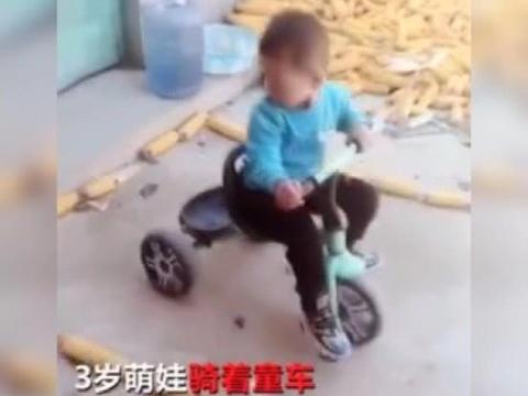"""闯关""""科目二""""!三岁萌娃骑童车倒车入库,网友看呆:车技厉害了"""