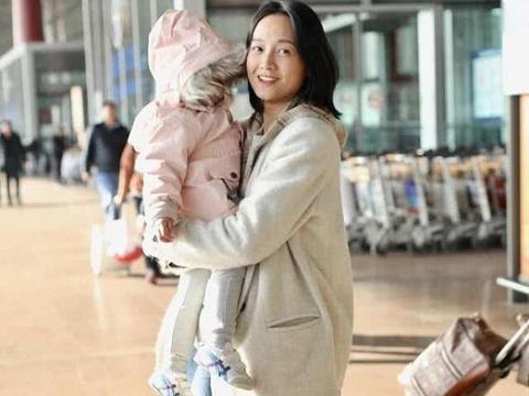 朱丹母女现身机场,2岁女儿1398羽绒服配450鞋,朱丹大婚戒更抢镜