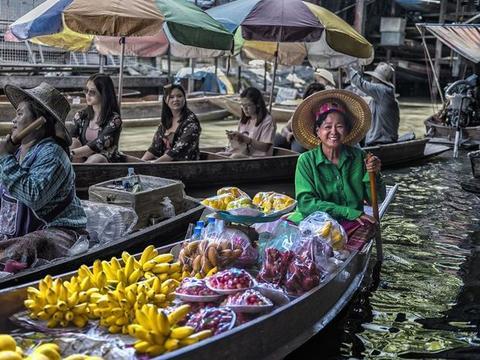 """泰国最传统的""""水上集市"""":吆喝声如古代赶集,一条小船吃遍美食"""