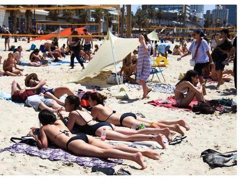 在以色列特拉维夫海边比基尼云集,这一天是一年中最疯狂的一天
