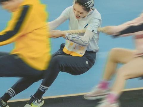 """有种""""女汉子""""叫傅菁拔河,穿着鞋都可以看到她的脚趾头,太拼了"""