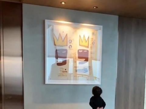 周杰伦带儿子看画展,罗密欧一个小动作