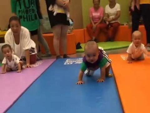 宝宝参加爬行比赛,中途学会了走路,隔壁赛道的宝宝愣了:他犯规