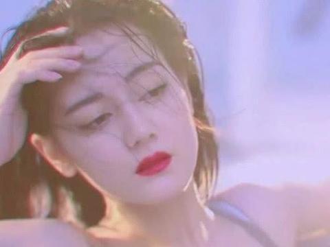 迪丽热巴穿吊带睡衣,撩头发的那一刻,美得让人窒息