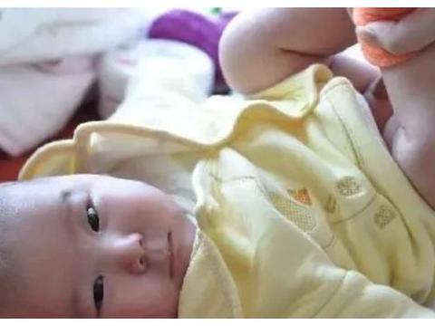给新生儿换纸尿裤时注意:宝妈3个常见动作,可能会影响宝宝发育